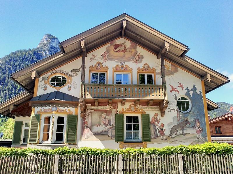 Fachada de una de las casas más famosas de Oberammergau