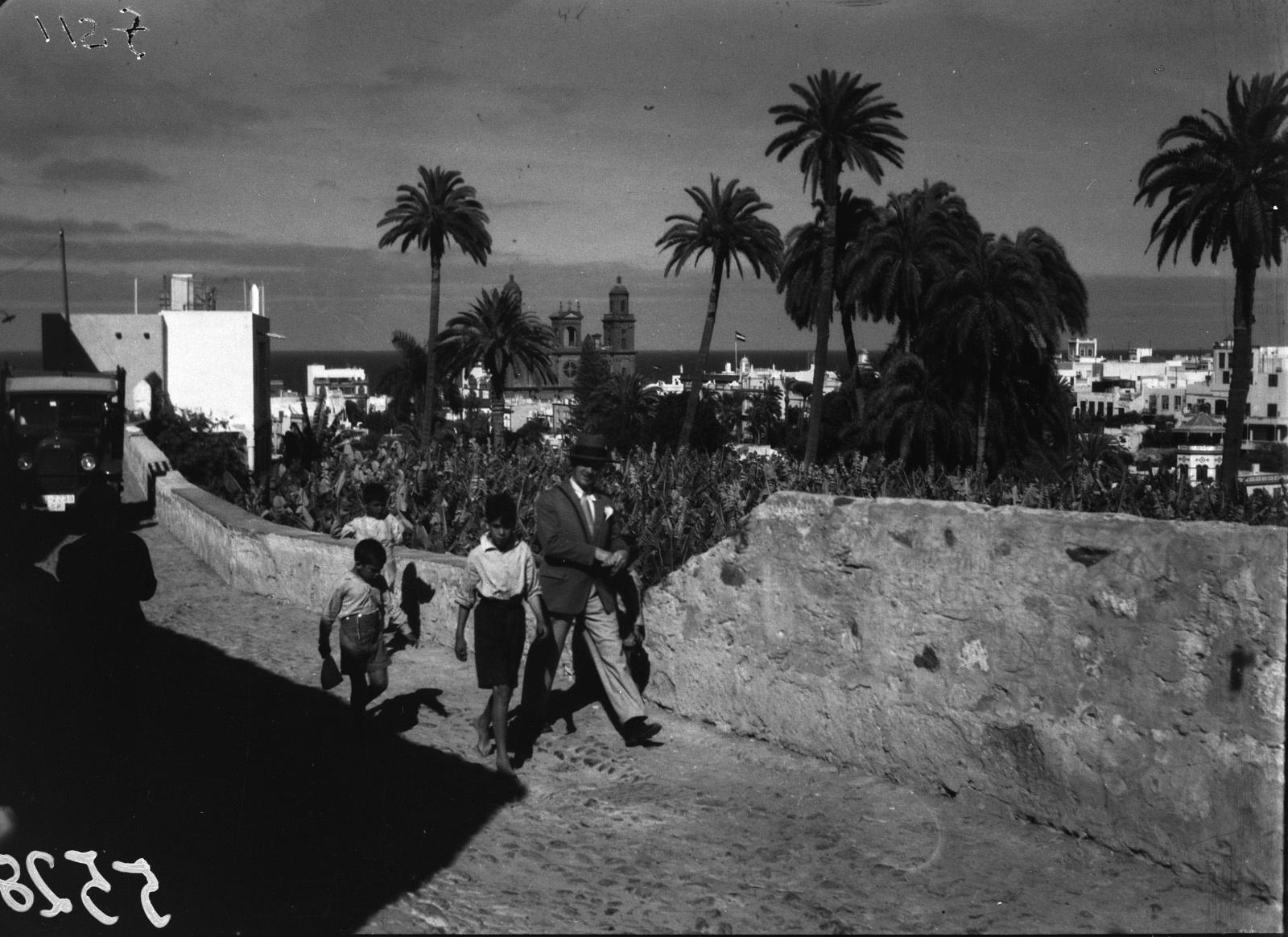 Канары. Лас-Пальмос. Люди на улице