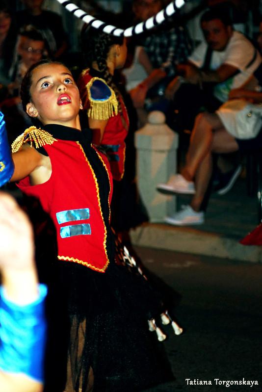 Девочка во время выступления на Летнем карнавале Котора