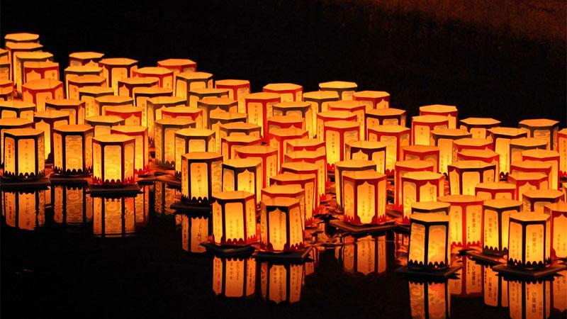 Pelarungan lentera merupakan tradisi dalam perayaan Festival Obon.