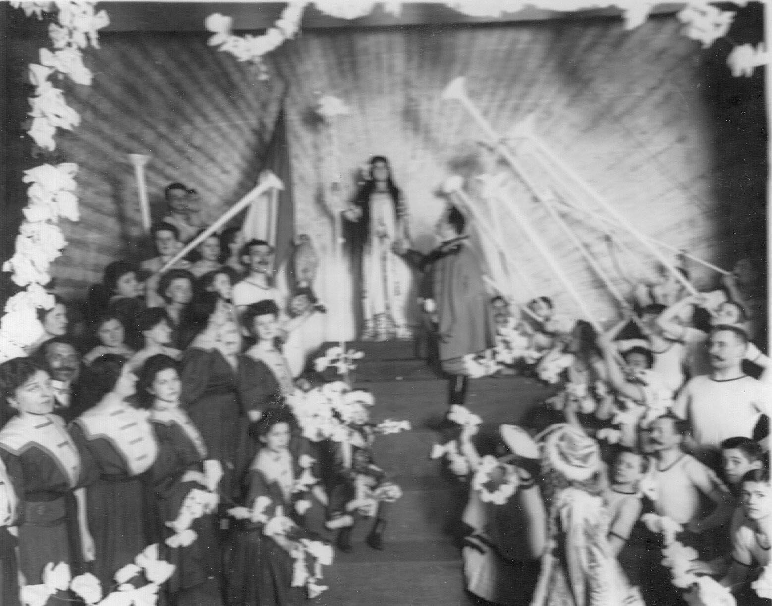 Члены общества во время постановки спектакля. 1907