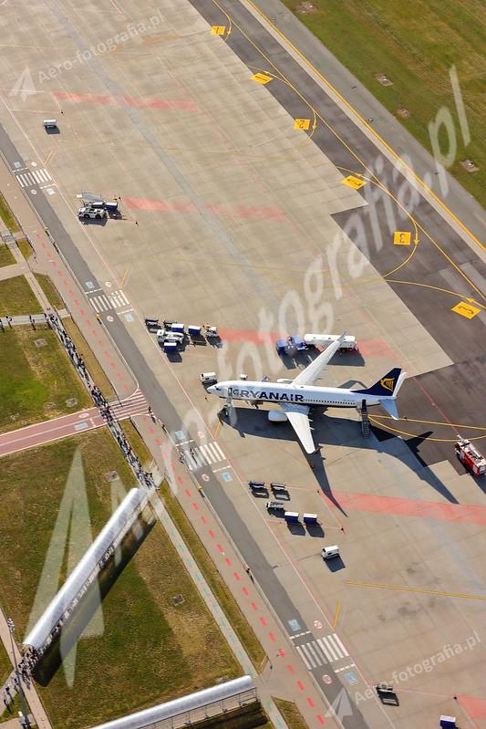 Płyta postojowa lotniska w Modlinie - Boeing 737-800.