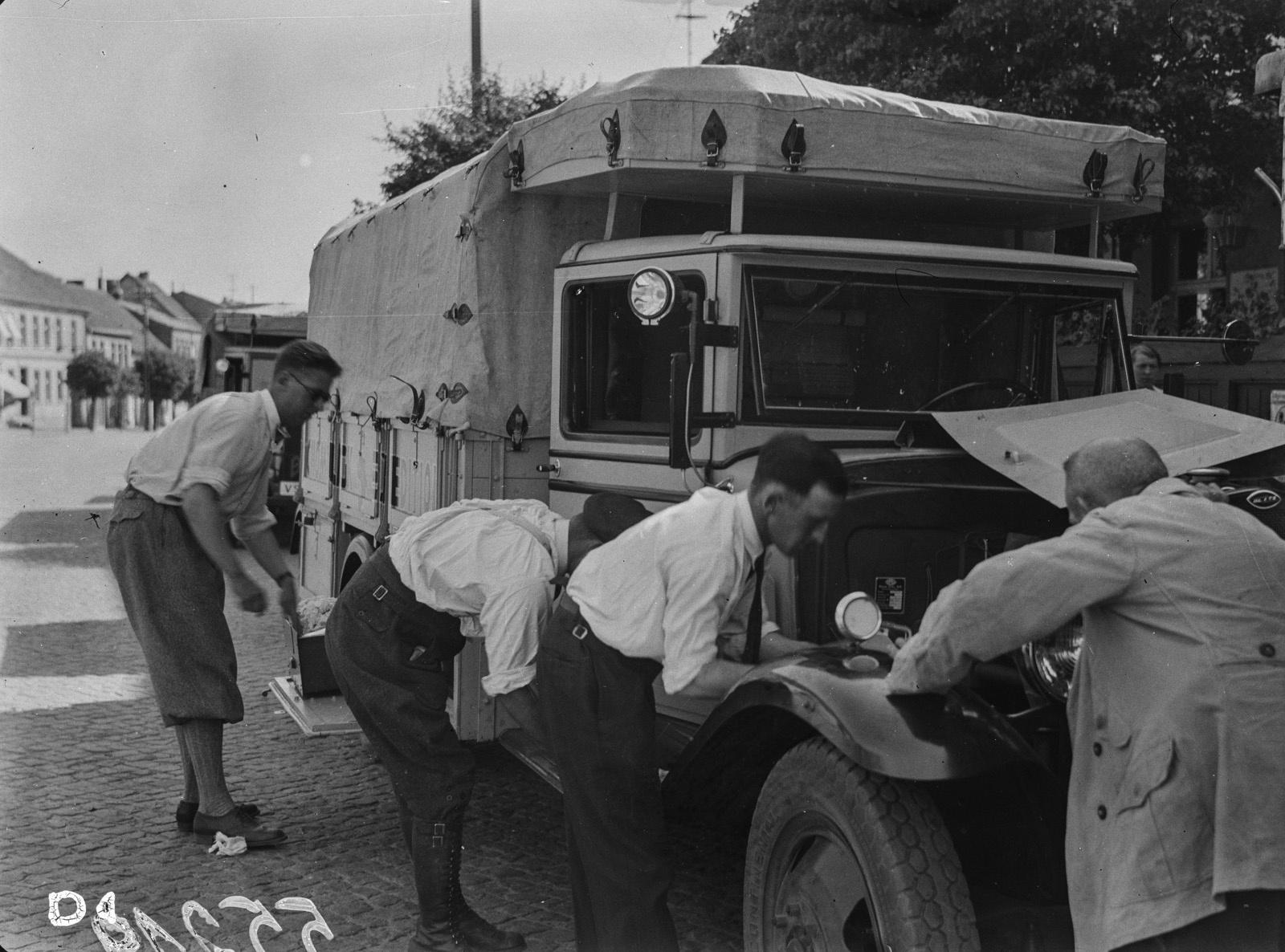 Участники экспедиции ремонтируют грузовик