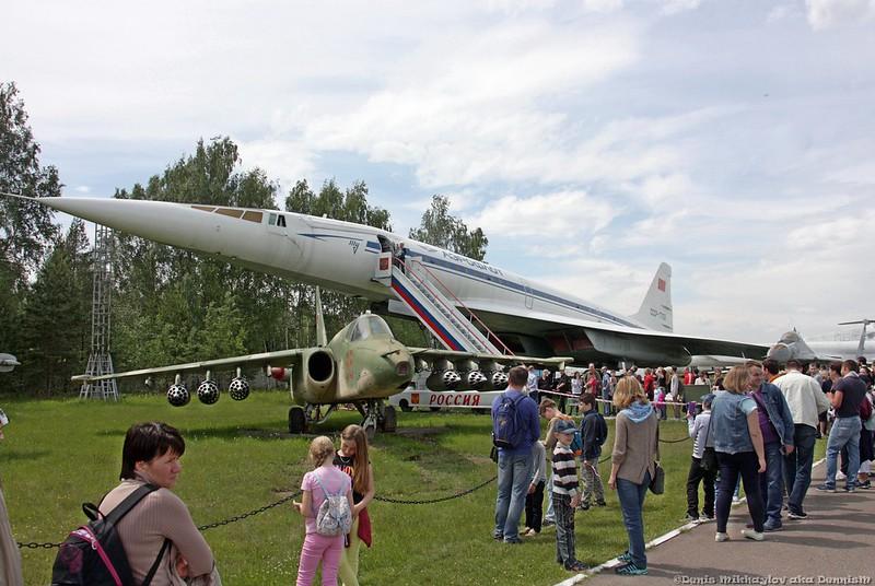 Сверхзвуковой пассажирский самолёт Ту-144 и самолёт-прототип Т-8.