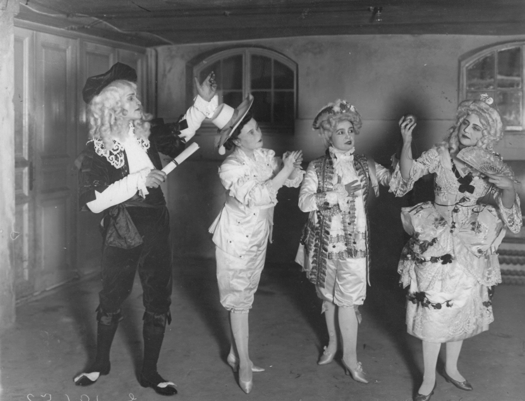 1908. Спектакль «Любовь в веках» по миниатюре Н. А. Тэффи.  Сцена - XVIII век
