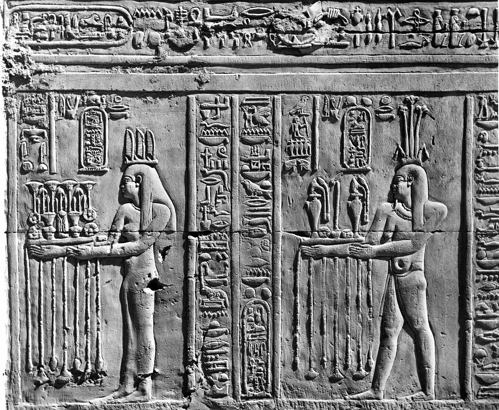Ком Омбо. Двойное святилище Себека и Хоруру. Два божества предлагают подношения, надписи с картушем