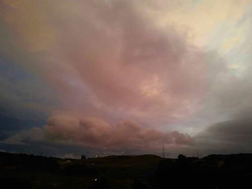 Las nubes al final del día. Tras una tarde lluviosa ya se atisba el final del frente. #coruña #clouds #nubes #summer #phonephoto #nofilter #sinfiltros