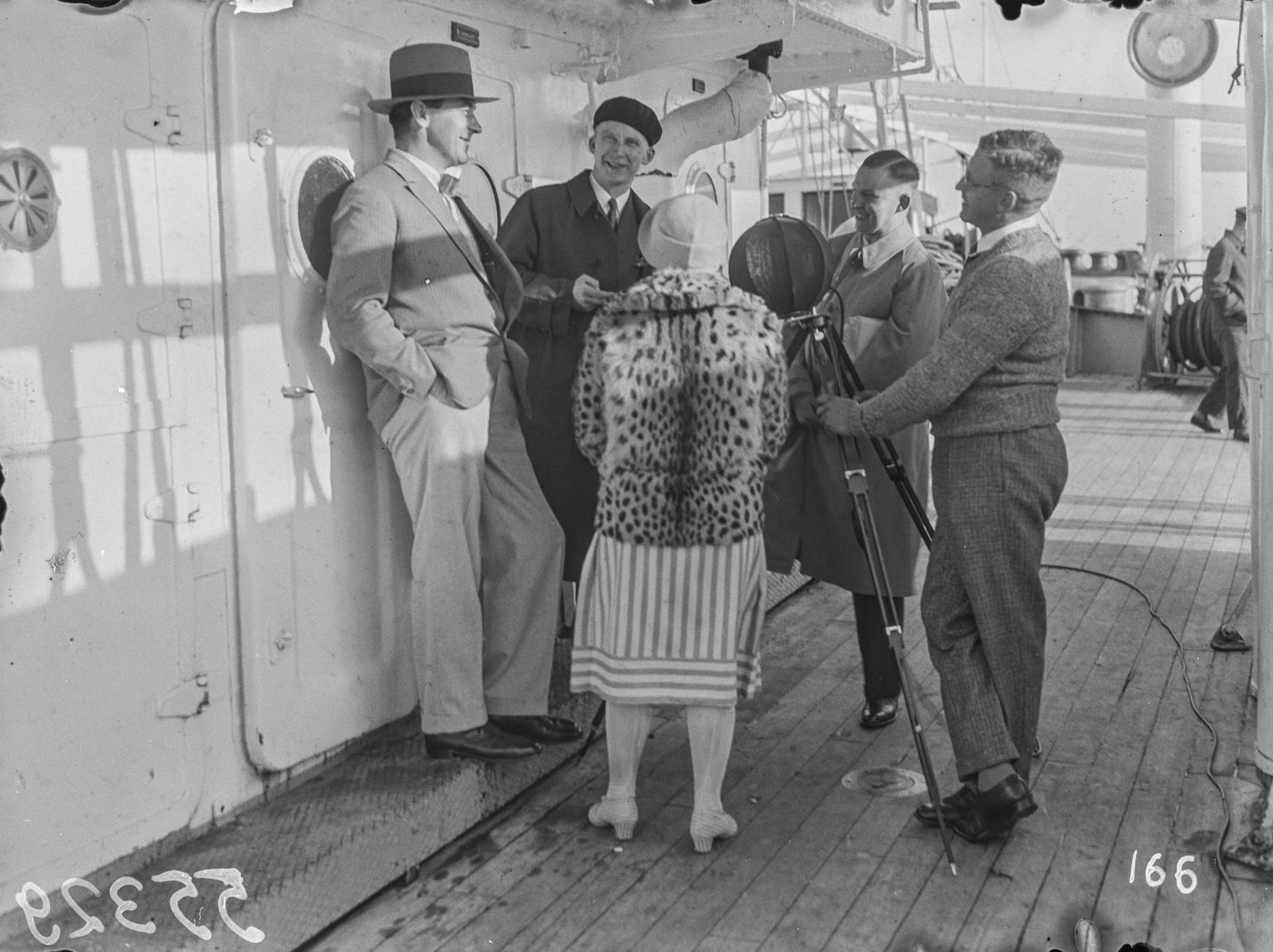 Пассажиры дают интервью на палубе парохода «Усамбара»