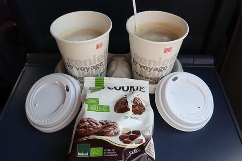 Schoko Haselnuss Mini Cookie zu Milchkaffee aus dem Bordbistro des IC auf der Fahrt nach Koblenz