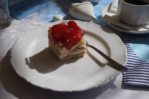 Stück von dem Erdbeer-Herzkuchen