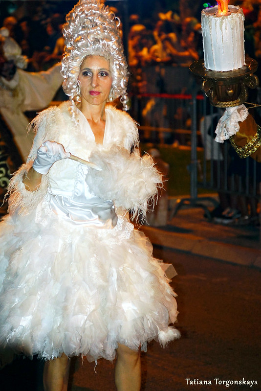 Женщина в костюме служанки из карнавальной группы Тивата