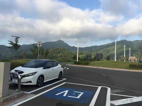 新東名道 清水PA(下り)で急速充電中の日産リーフ(40kWh)
