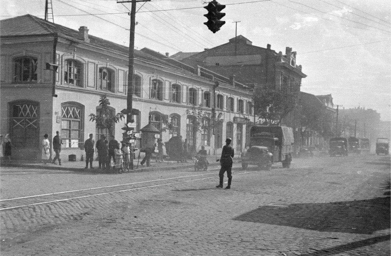 1941. Немецкий солдат-регулировщик и грузовики на улице Карла Маркса в оккупированном Кировограде.