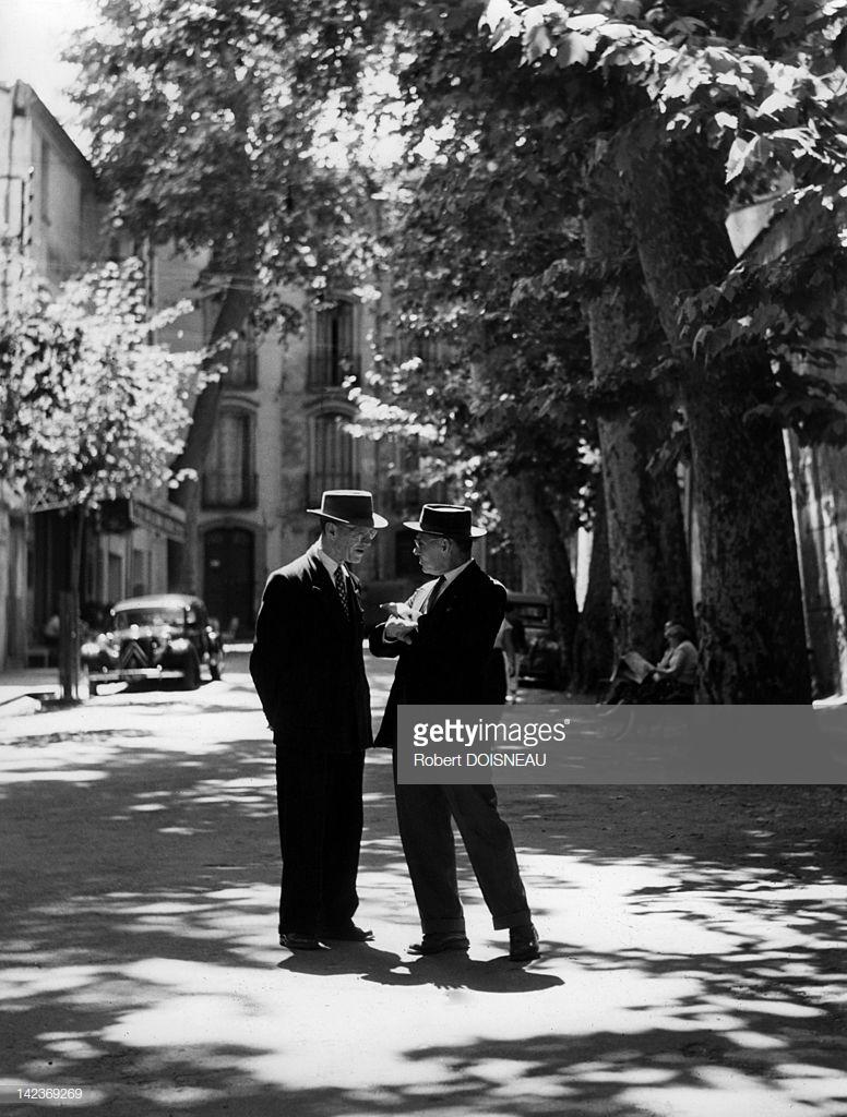 1958. Двое мужчин беседуют на улице в Экс-ан-Прованс