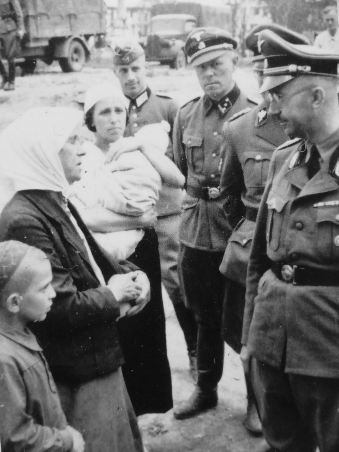 1941. Рейхсфюрер СС Генрих Гиммлер разговаривает с крестьянами во время инспекционной поездки по Белоруссии