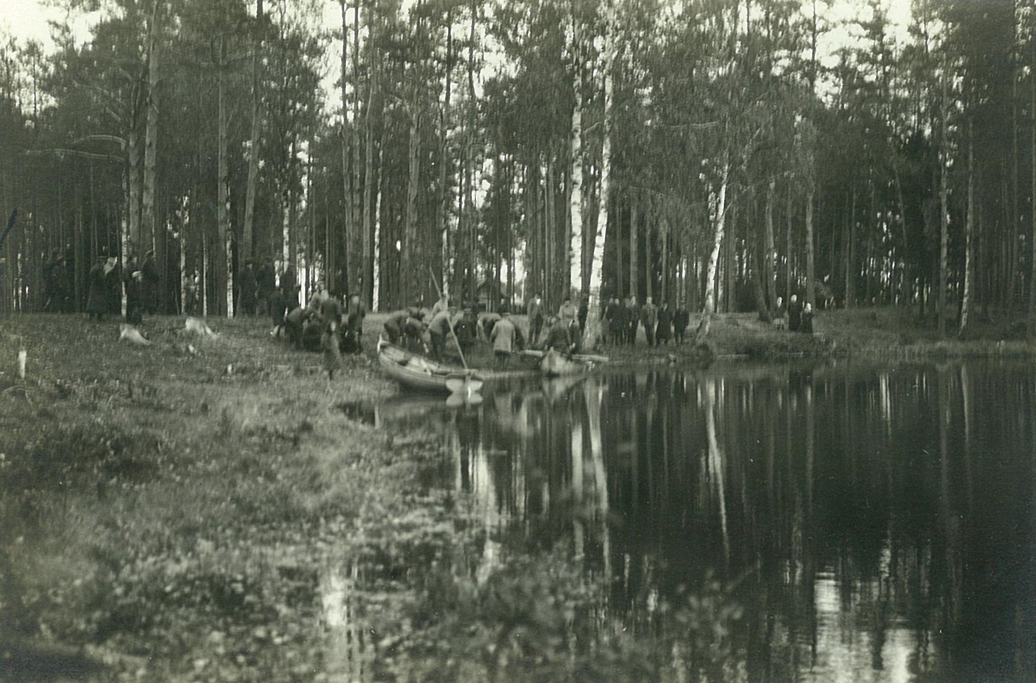 Рыбная ловля сетями на озере, сбор улова на берегу