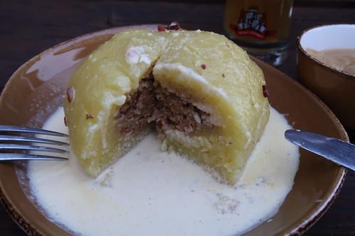 Gefüllter Kartoffelkloß in Specksoße mit Apfelmus (angeschnitten)