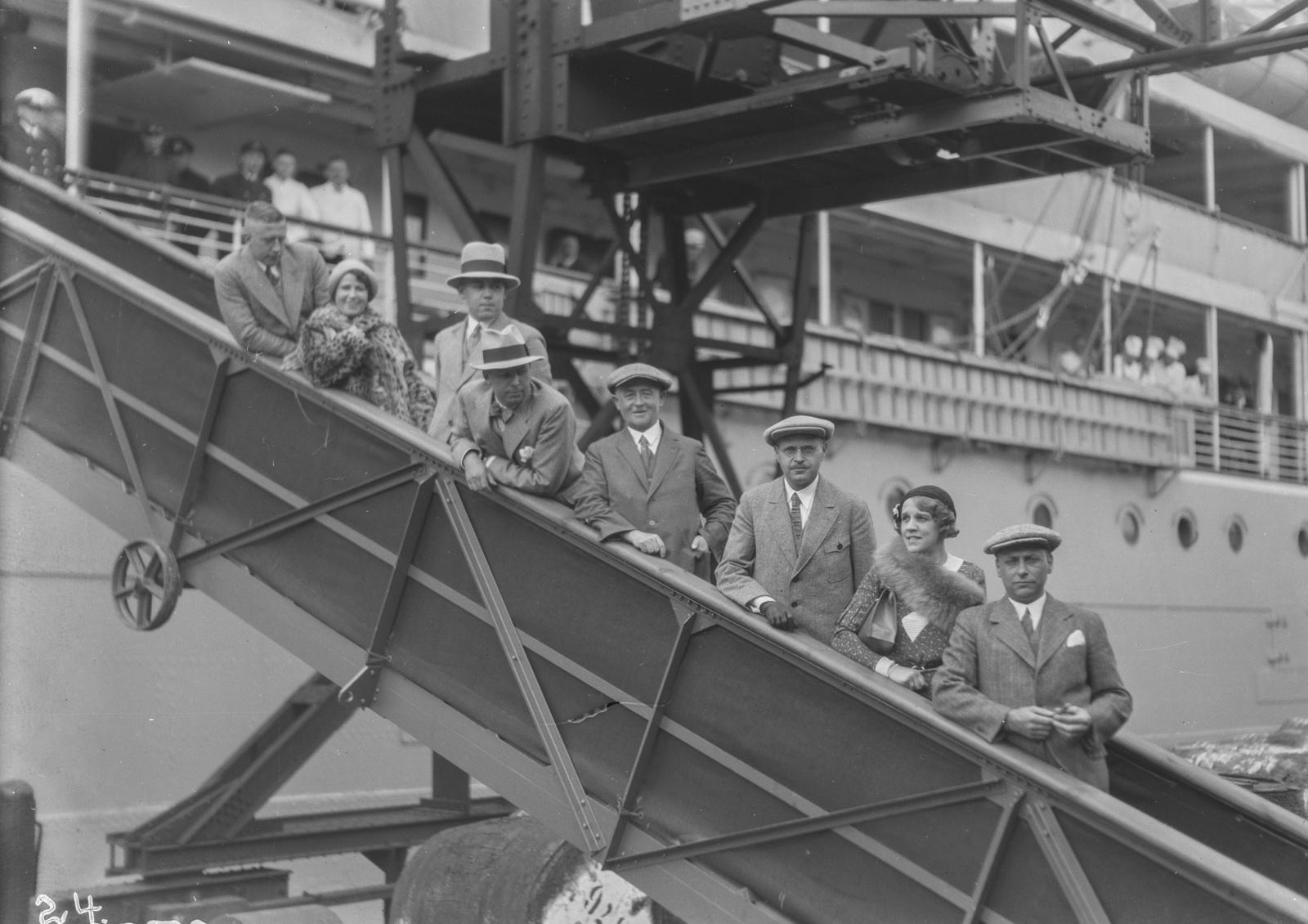 Роттердам. Руководитель экспедиции Ханс Шомбургк с членами экспедиции на пристани