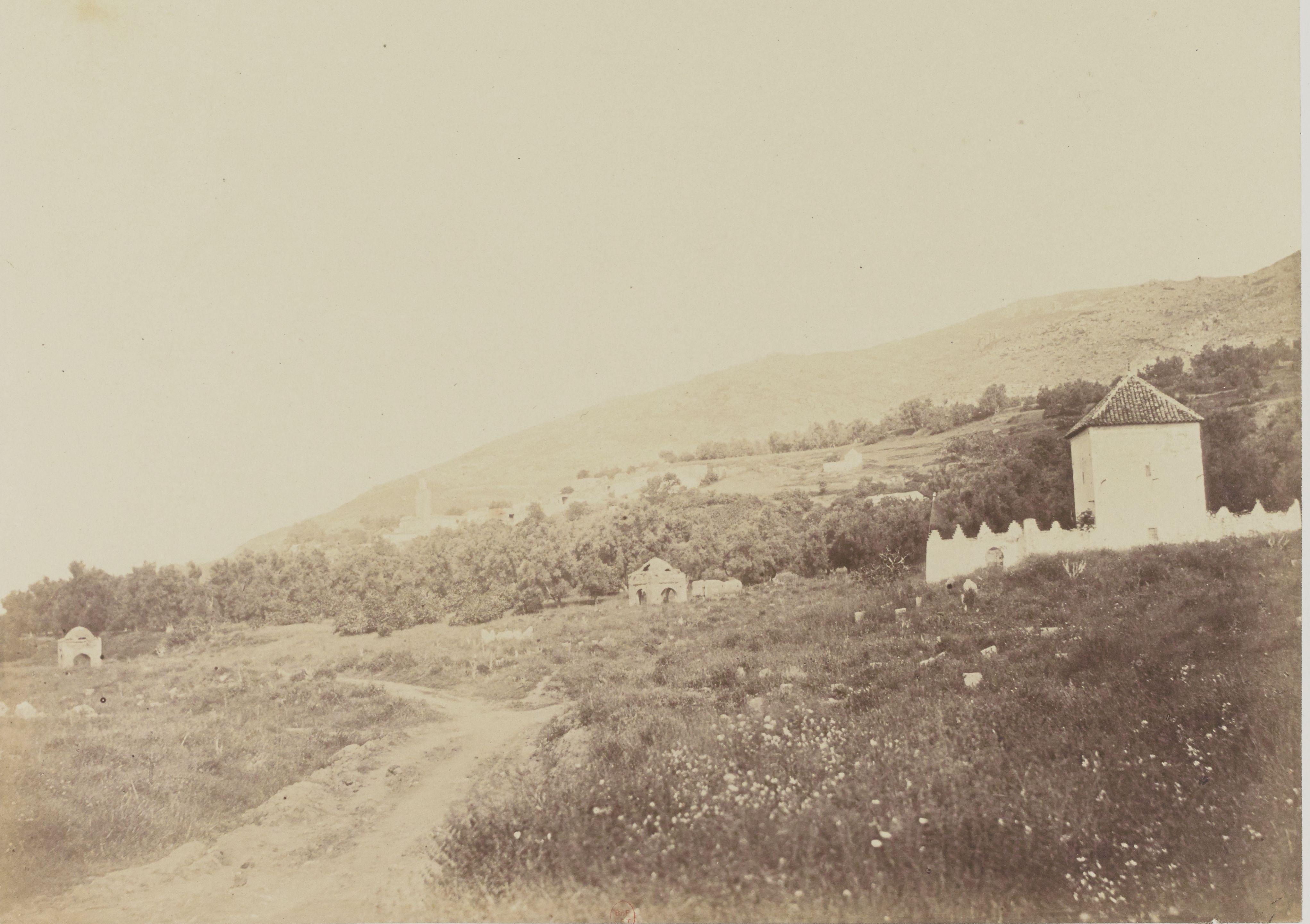 Священная деревня Бумедин, вид с дороги