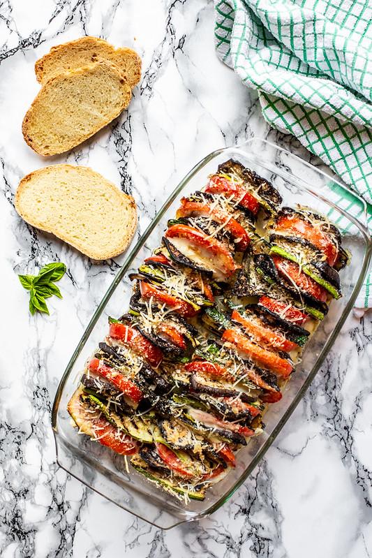 Terrina di verdure grigliate con melanzane, zucchine e pomodori