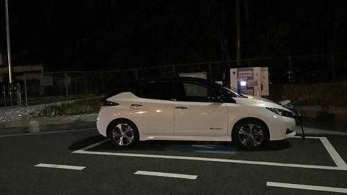 中国自動車道 美東SA(下り)で急速充電中の日産リーフ(40kWh)
