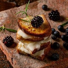 Tosty z miodem, serem Podlaskim i jeżynami
