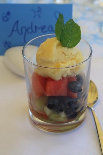 Passionsfruchtsorbet auf exotischem Fruchtsalat