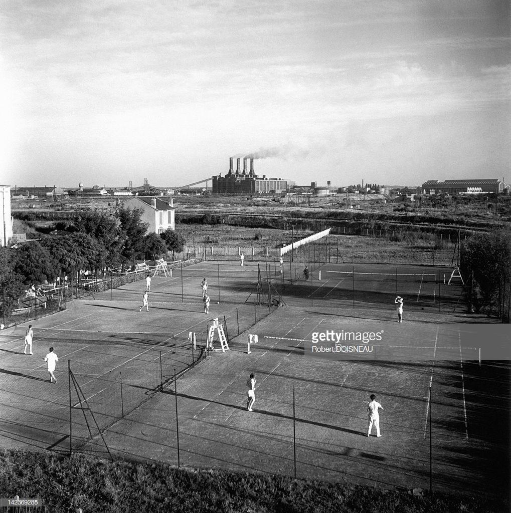 1945. Люди, играющие на теннисных кортах Витри