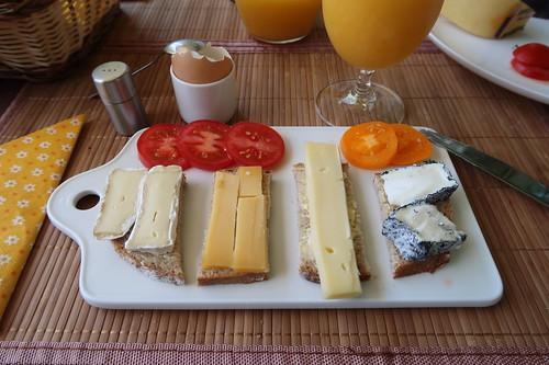 Diverse Käse auf Landbrot