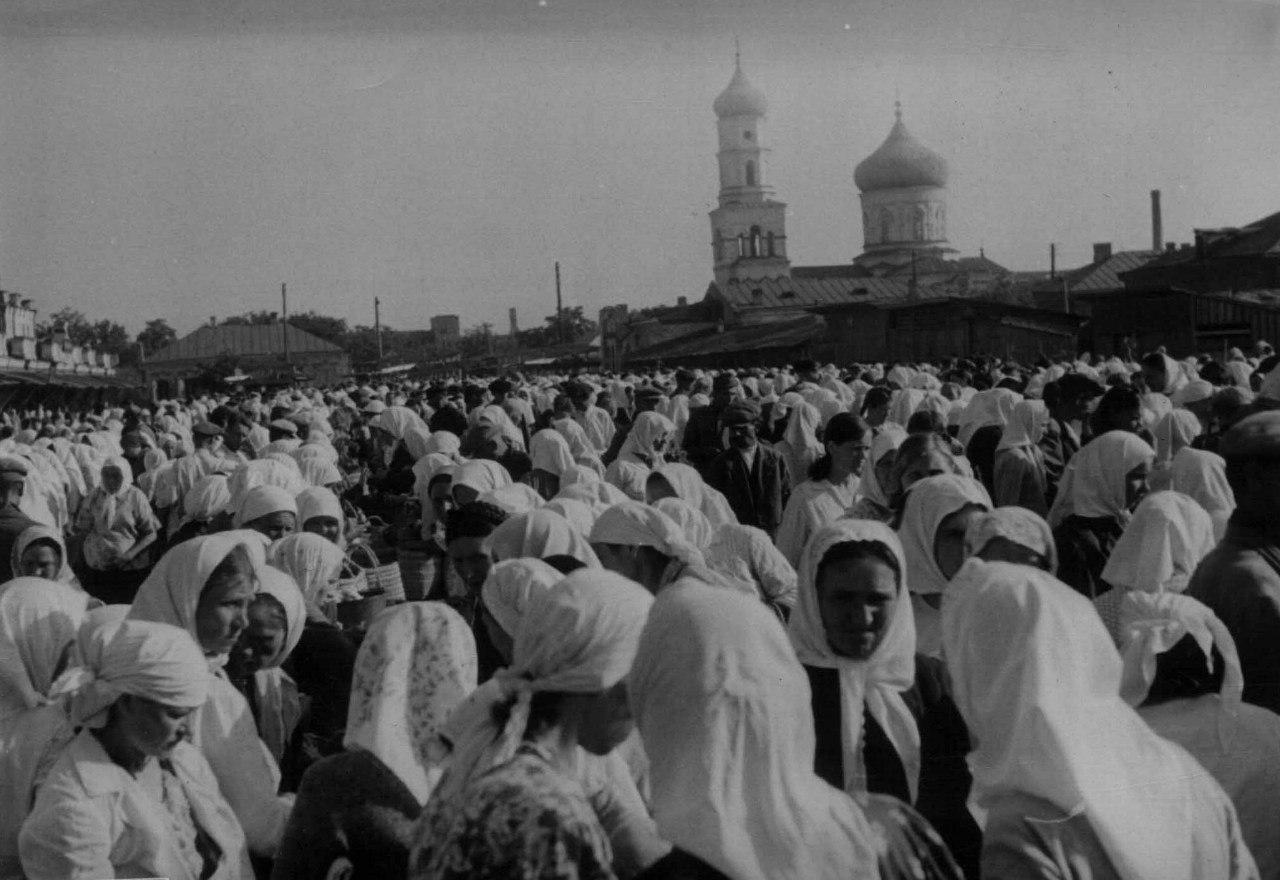 1942. Мирные жители на рынке у собора Спасо-Нерукотворного Образа в оккупированном Павлограде