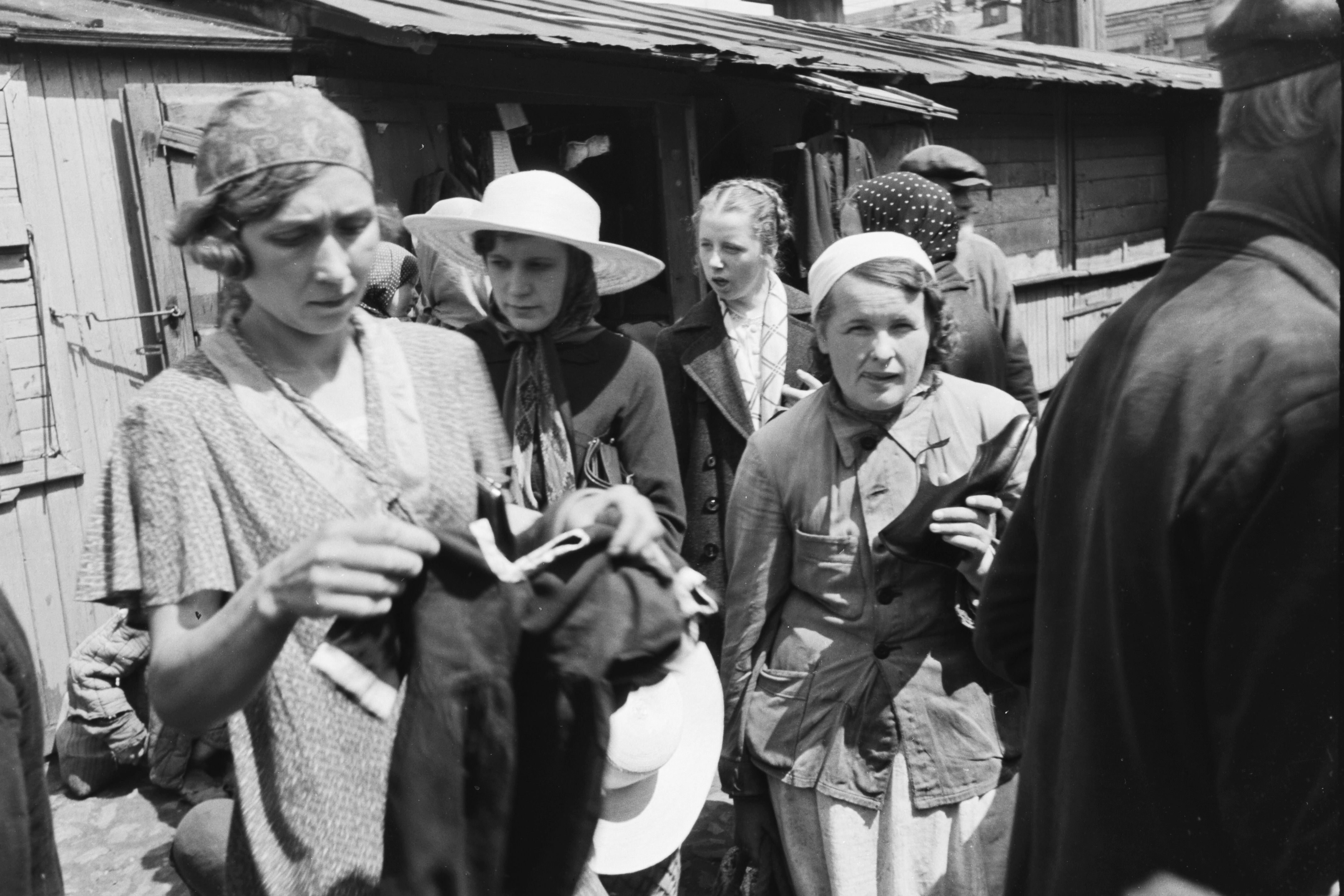 1942. Жительницы оккупированного Киева торгуют вещами на Галицком рынке