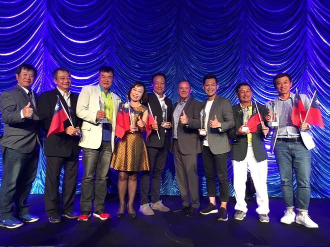 台灣代表隊打出絕佳成績,不僅拿下國家隊冠軍,賓士車主林廷隆(中)更奪得B組冠軍,而陳文漢(右2)、黃紹綸(右1)則分別獲得亞軍與季軍寶座。張家逢(左1)也奪得了C組冠軍。