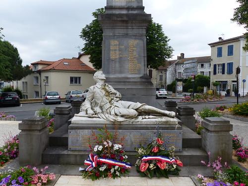 Hagetmau, Landes:  Rombaux-Roland Édouard (Marbrier-Sculpteur) à Jeumont (Nord) a signé le monument