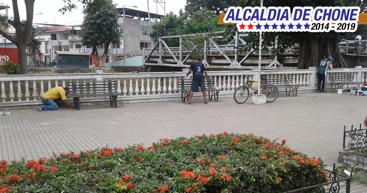 Alcaldía de Chone embellece espacio público