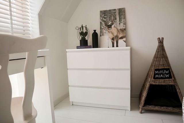 Ladenkast wit rotan kattenhuis