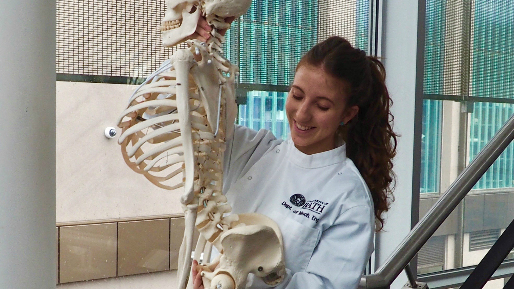 Sonia Ramos Pascual holding the model of a human skeleton