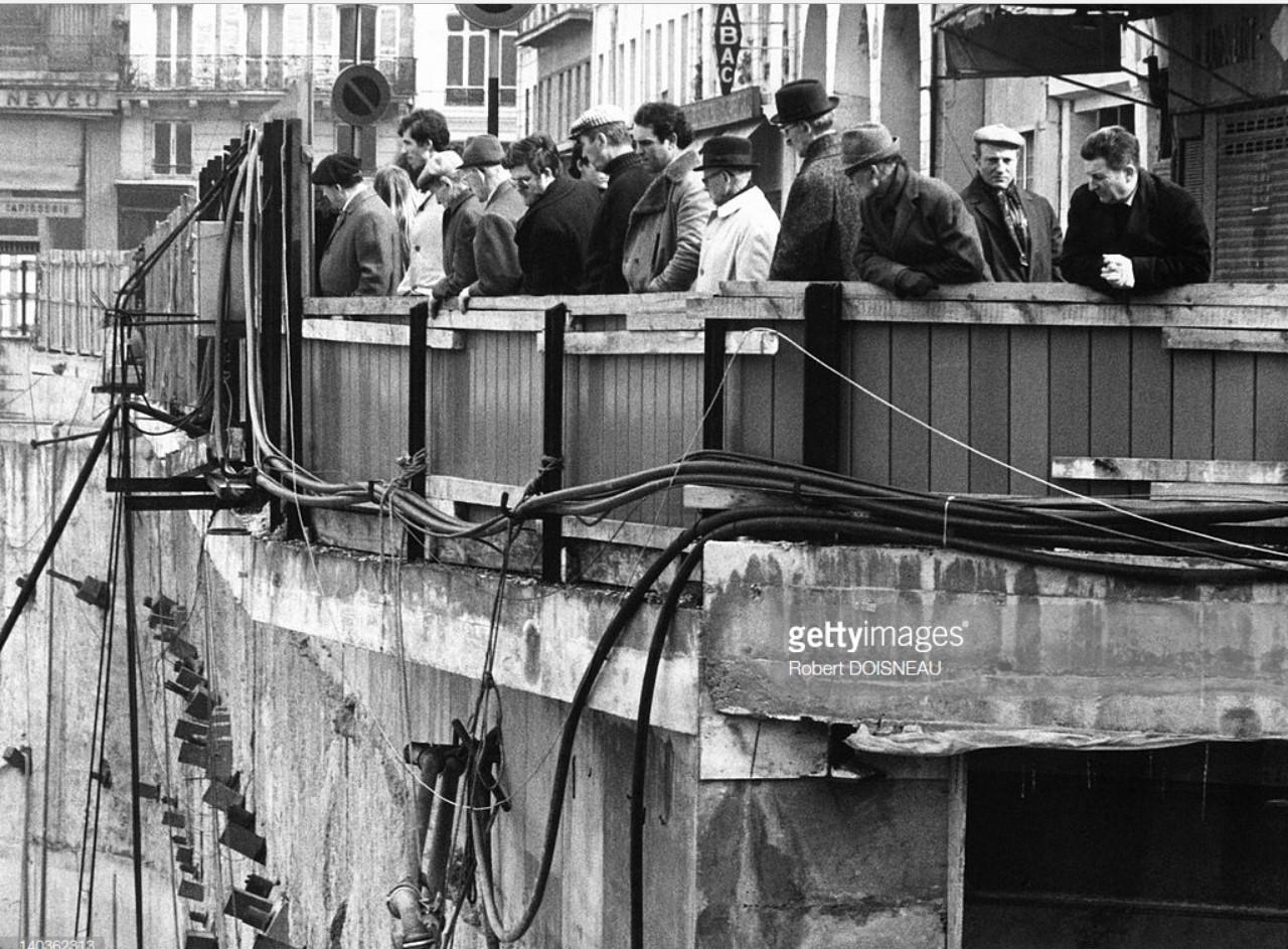 1975. Люди, наблюдающие за реконструкцией Ле-Аль
