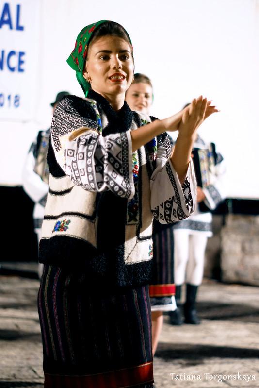 """Девушка из ансамбля """"Arancul USV"""" во время танца"""