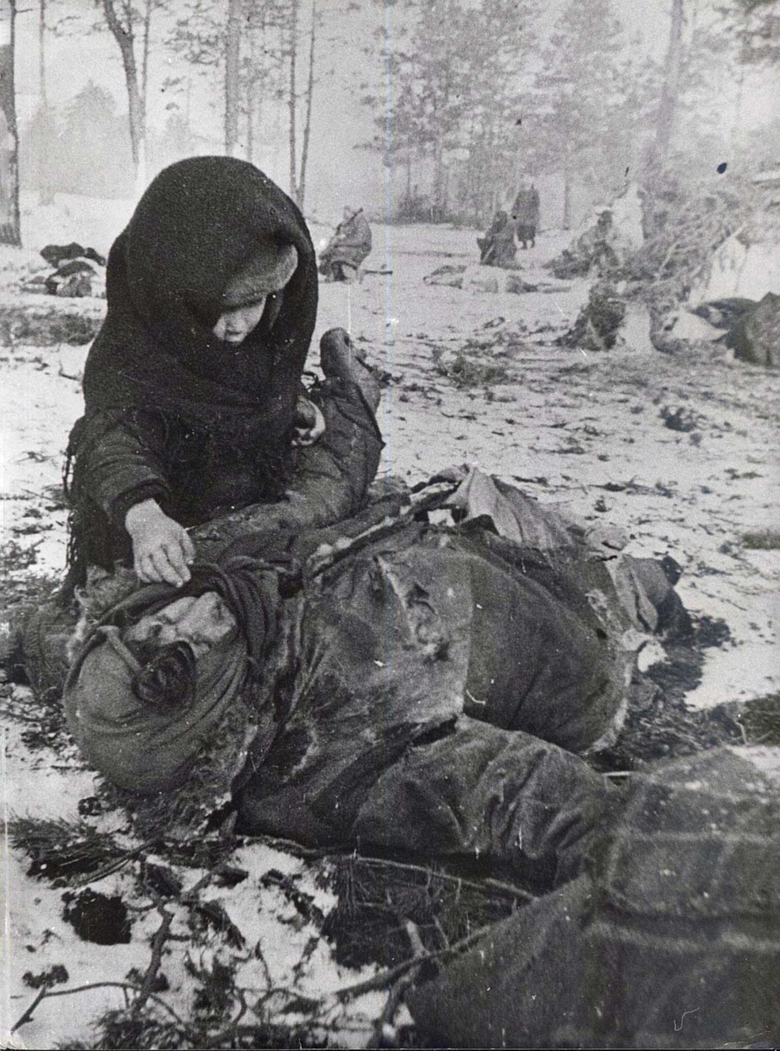 1944. Ребенок рядом с убитой матерью в «Озаричском лагере смерти»