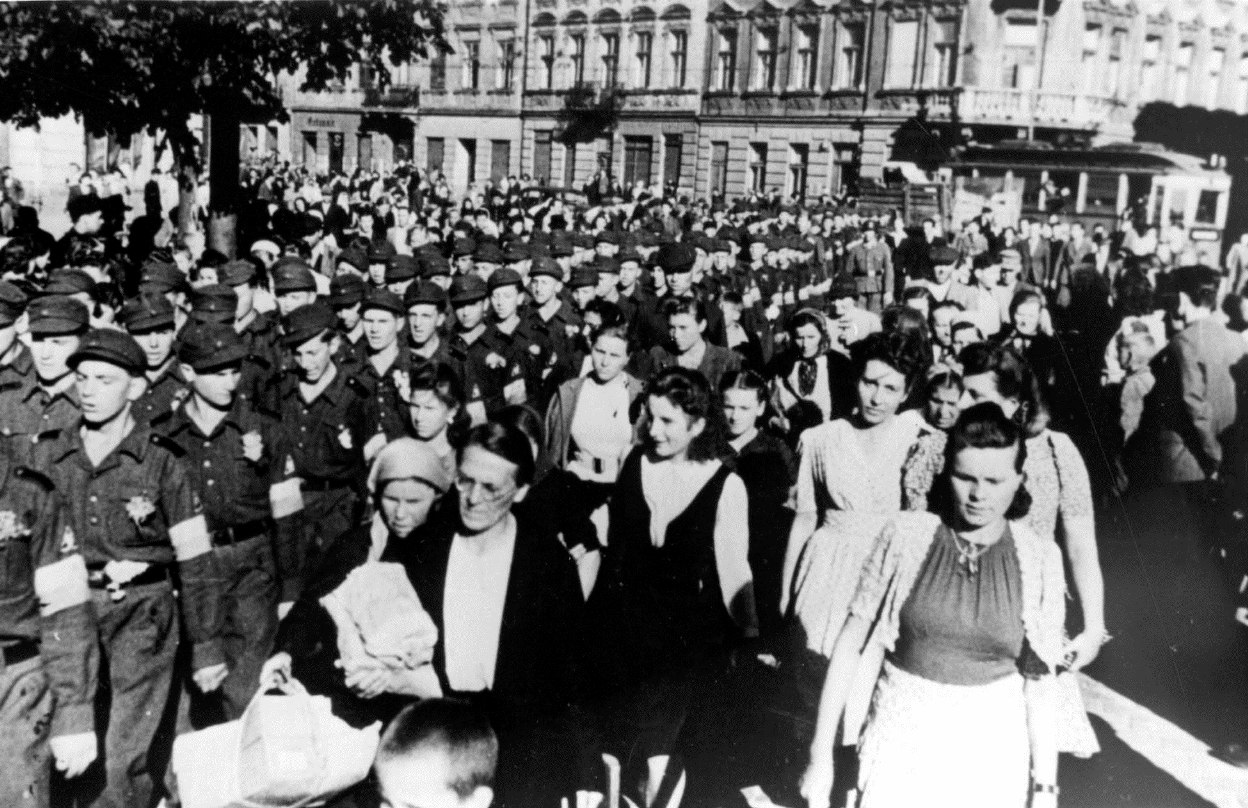 1944. Проводы украинских воспитанников СС на обучение в Германию по улицам Львова, июнь (1)