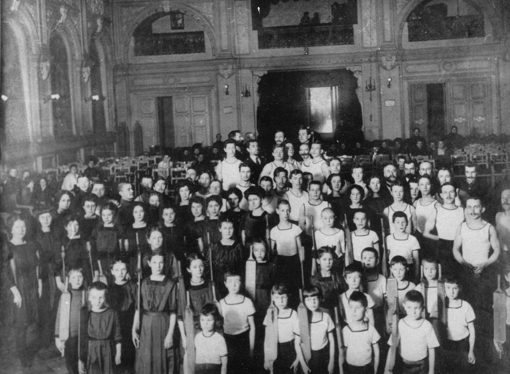 Члены спортивного общества Польский сокол в зале Павловой на празднике 30.01.1912