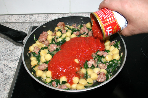 10 - Mit Tomaten ablöschen / Deglaze with tomatoes