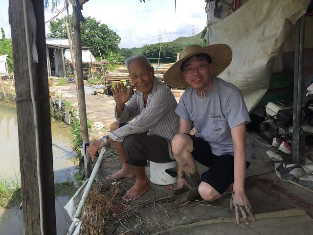 相片2_高永文醫生向農民了解塱原的農耕生活,他體驗到農民經常需要彎腰工作,這促使高醫生思考如何幫助農民保護腰部。