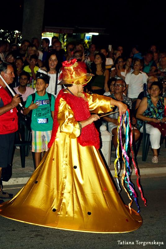 Женщина из карнавальной группы во время шествия