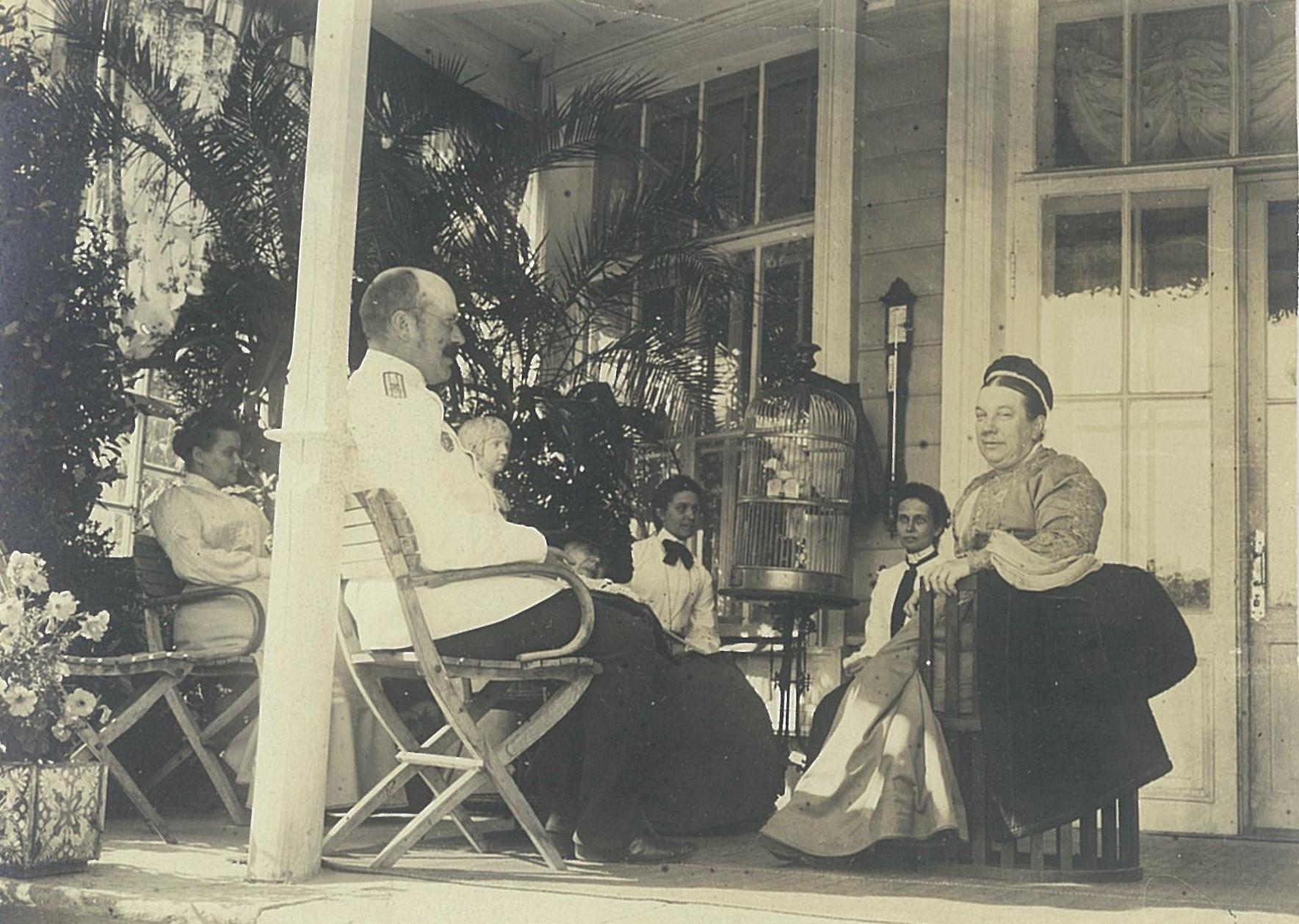 В.П.Всеволожский с гостями на открытой террасе садового фасада усадебного дома в Рябово