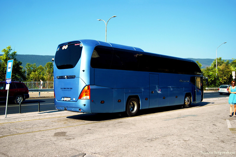 Междугородний автобус возле автобусной станции Херцег Нови