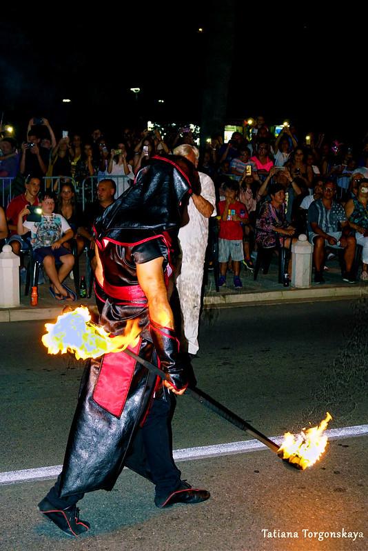 Фаерщик из карнавальной группы во время шествия