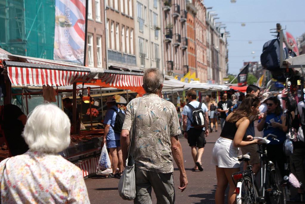 Au marché d'Albert Cuypmarkt à Amsterdam en toute décontraction.