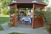 Peter Weber beim Frühstück in der Gartenlaube, rechts Roswitha Csonti