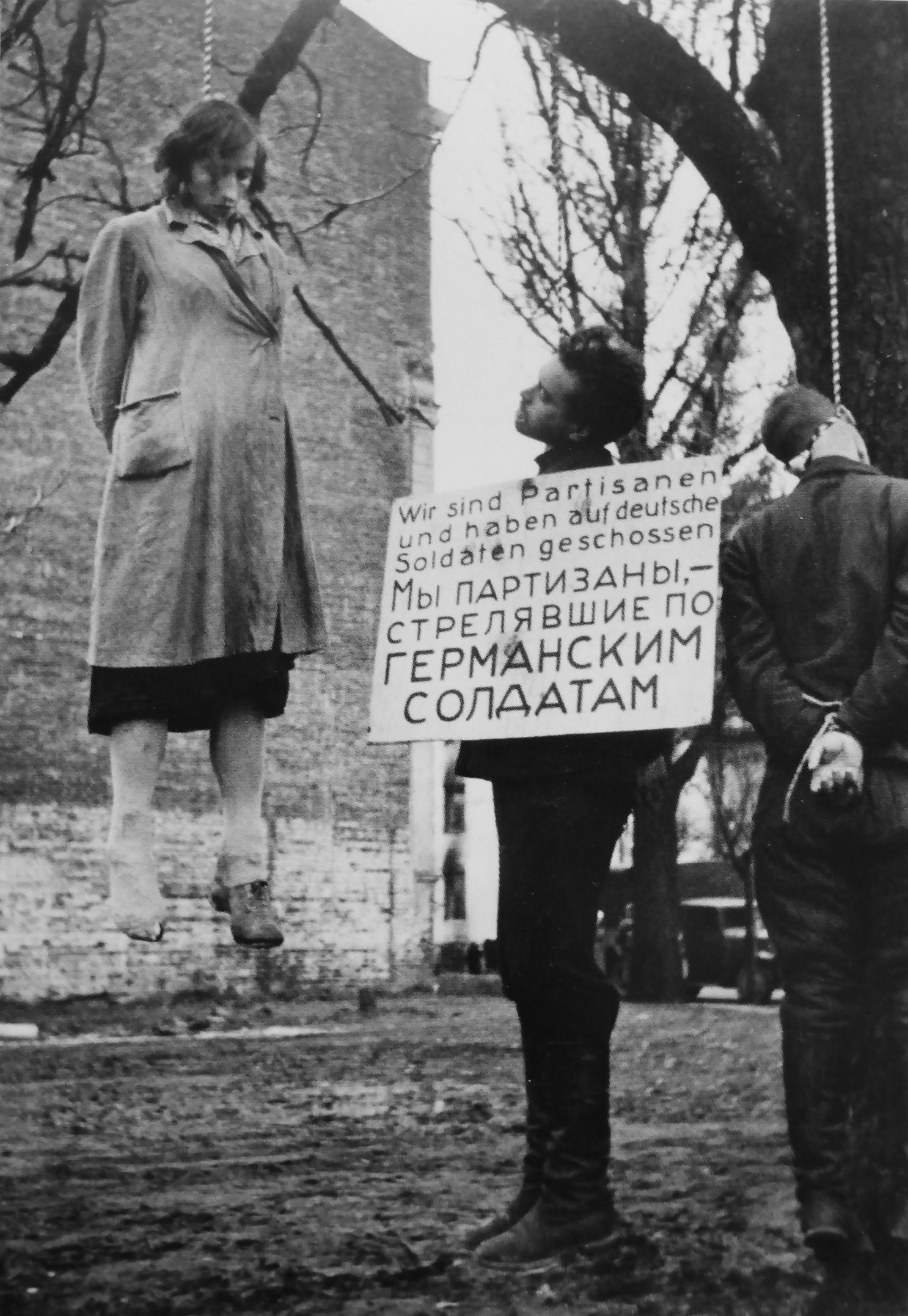 1941. Люди, повешенные в парке на улице К. Маркса в оккупированном Минске